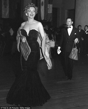 Marilyn wearing a fur stole