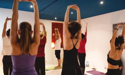 16 THOUGHTS WOMEN HAVE DURING THEIR FIRST HOT YOGA CLASS