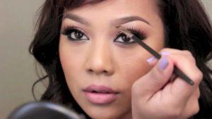 makeup.woman.applying.image.
